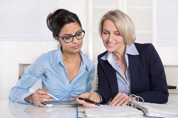 Zwei Business Frauen im Meeting oder Gespräch im Büro