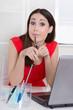 Witzige junge Frau sitzend im Büro