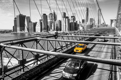 Keuken foto achterwand New York TAXI Taxi cab crossing the Brooklyn Bridge in New York
