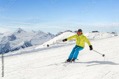 Tuinposter Wintersporten Male skier in the austrian alps