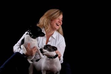 Lachende Frau mit zwei Hunden