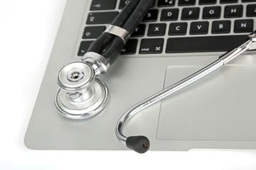 Notebook und Stetoskop
