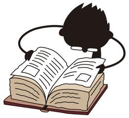 分厚い本を読む男性