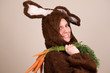 Hase mit Bund Karotten über der Schulter
