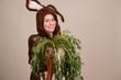 Frau im Oster Kostüm verschenkt Bund Karotten