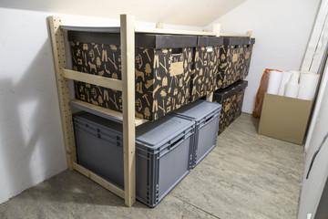 Kisten gestapelt in einem Raum