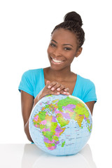 Lachende afro amerikanische Frau mit Weltkugel isoliert