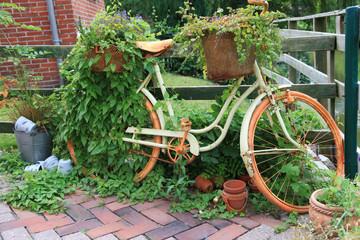Altes Fahrrad vom Trödel zur Dekoration im Garten