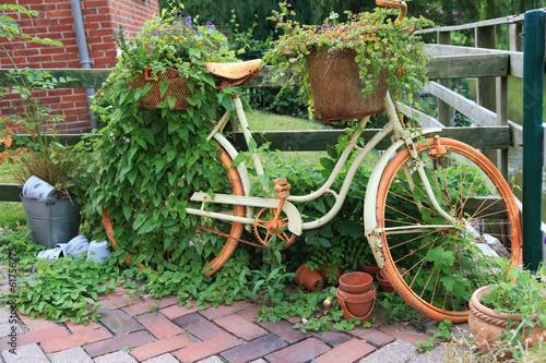 Altes fahrrad vom tr del zur dekoration im garten stockfotos und lizenzfreie bilder auf - Dekoration fahrrad ...