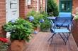 Terrasse an einem Backsteinhaus mit blauen Hortensien