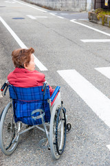車椅子生活をする高齢者女性