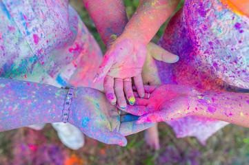 Gleichheit zwischen Mann und Frau mit Symbolkraft der Farben