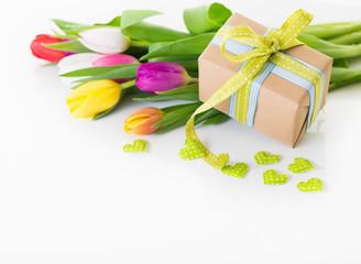 Blumen und Geschenk Frühling Muttertag