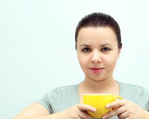красичая женщина с чашкой в руках