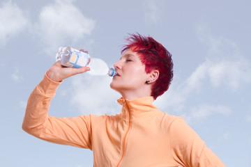 Fitness Frau trinkt Wasser Outdoor