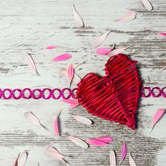 Rotes Herz auf Holztafel