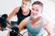Paar beim Fitness Sport im Studio