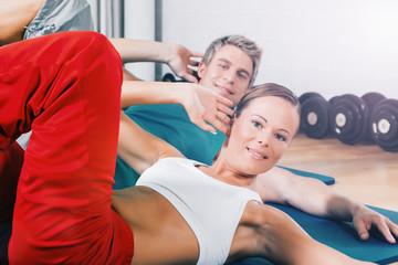 Paar beim Bauch Training im Fitness