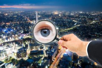 拡大鏡に映る瞳