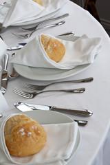 Table dressée pour un banquet de fête