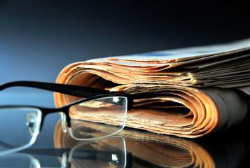 Tageszeitung mit Lesebrille