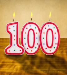 Brennende Geburtstagskerzen Nummer 100