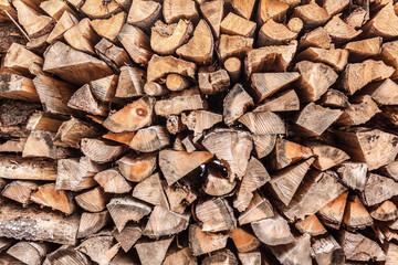 Holzscheite über die gesamte Fläche