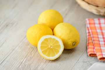 Limoni su un tavolo di legno grezzo