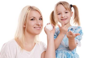Mutter und Tochter mit einer Dose Creme
