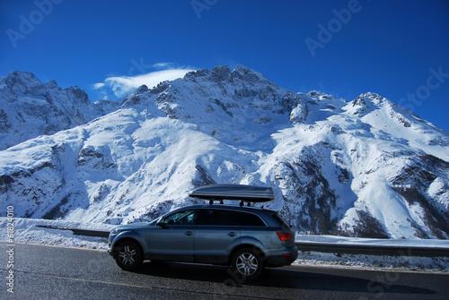 Tuinposter Alpen Voiture sur le trajet des stations de ski