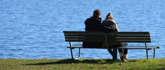amoureux assis près du lac