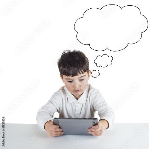 Niño navegando por internet con una tableta digital Poster