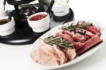 bourguignon di carne su sfondo bianco