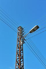 poteau électrique et lampadaire