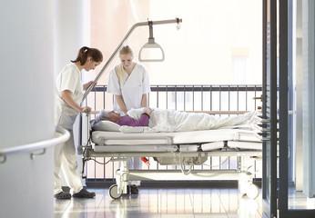 Krankenschwester Patientin Flur Bett