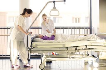 Krankenschwestern Patientin Krankenhaus Bett