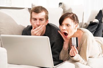 Onlineshopping, junges Paar, Kreditkarte, Betrug