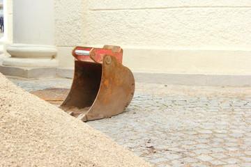 Lose Baggerschaufel auf einer Baustelle