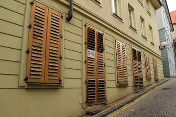 Reihe von Fenstern und Türen in der Altstadt von Bratislava