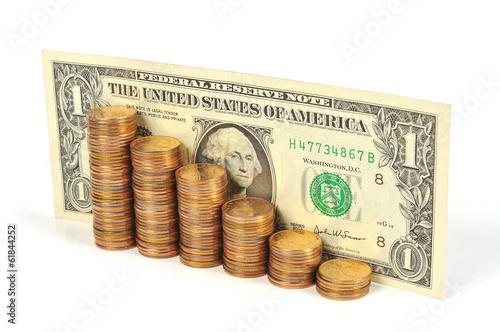 Купюра один доллар и монеты, сложенные в виде графика роста