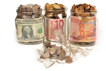 Банки с деньгами, рубли, доллары, евро. Банк лопнул. Концепт