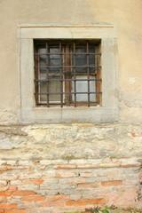 Vergittertes Fenster in einem Abbruchhaus in Bratislava