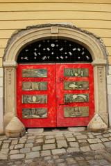 Rote Eingangstür in der Altstadt von Bratislava