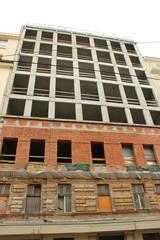 Fassade eines in Bau oder Renovierung befindlichen Hauses