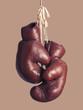 alte Boxhandschuhe, hängend - 61845801