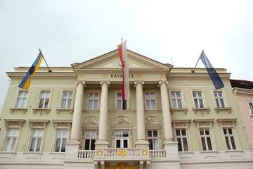 Drei Flaggen an der Fassade des Rathauses von Baden