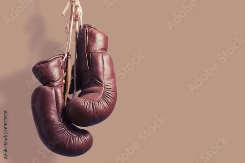 Fotobehang Vechtsporten alte Boxhandschuhe, hängend