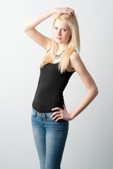 Blondine im schwarzen Top