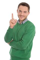 Mann isoliert lachend mit erhobenem Zeigefinger und Pulli grün