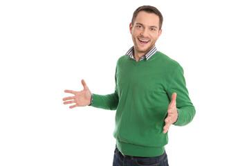 Junger Mann isoliert in Grün: glücklich und lachend
